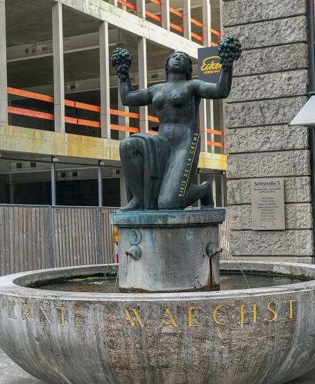 Ernest wächst Denkmal | Stiftstrasse Stuttgart | Kikis de la Creme jpg